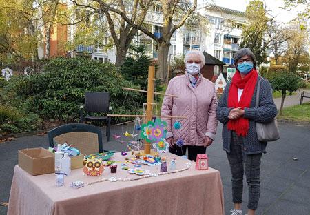 Ursula Freimuth und Heide Ribisel brachten als Vertreterinnen des Frauenkreises jede Menge selbst gestaltete Geschenke für die Bewohner